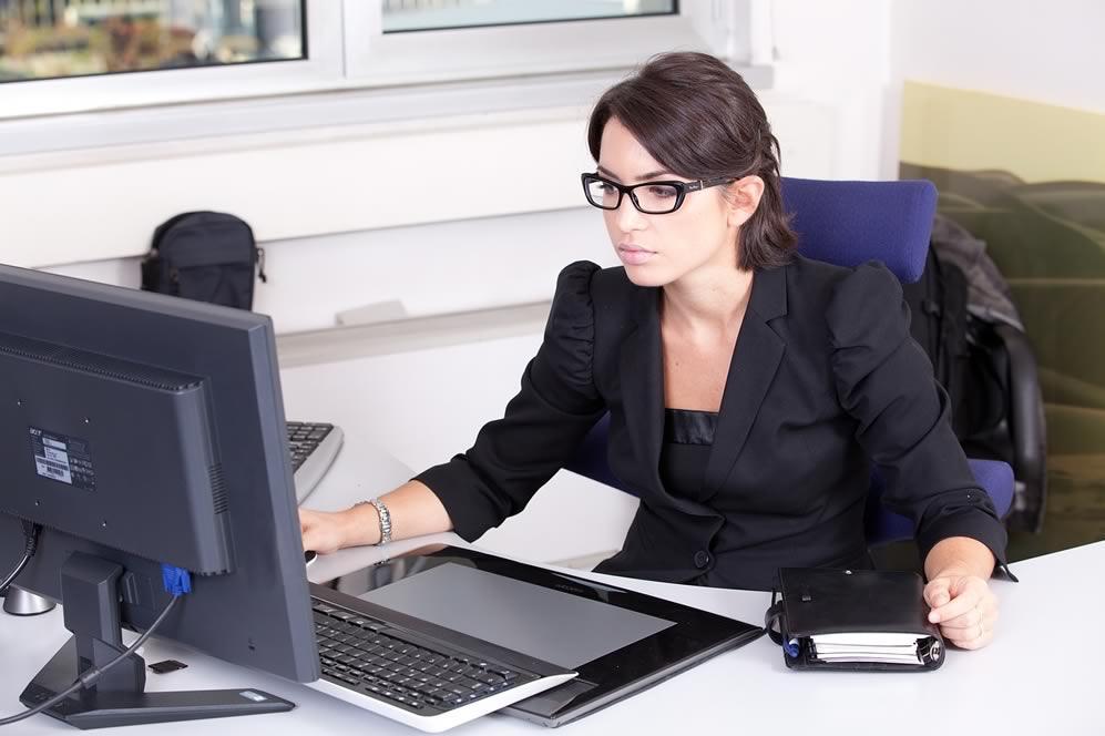 Une télésecrétaire face à son ordinateur