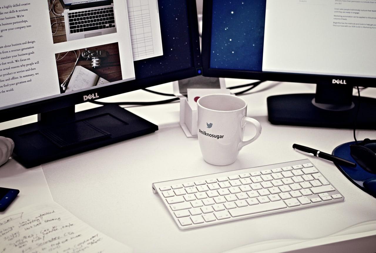 mug personnalisé devant ordinateurs