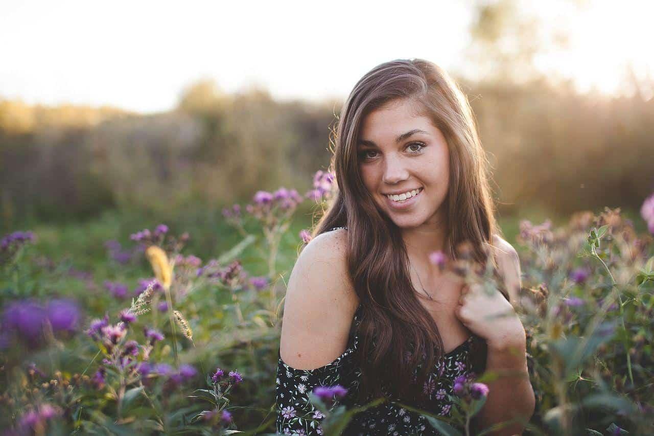 Jolie femme dans un champ de fleurs