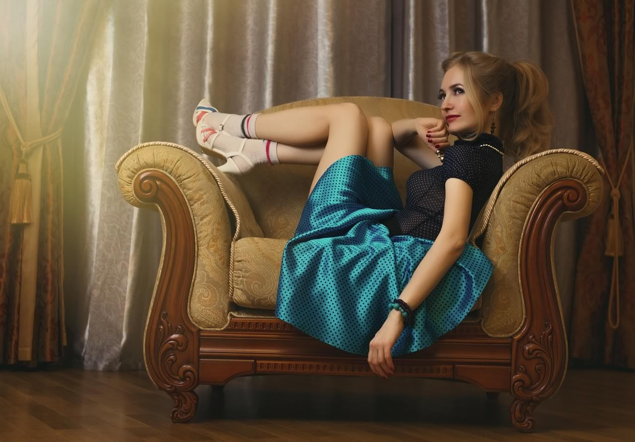 femme réfléchissant dans un fauteuil