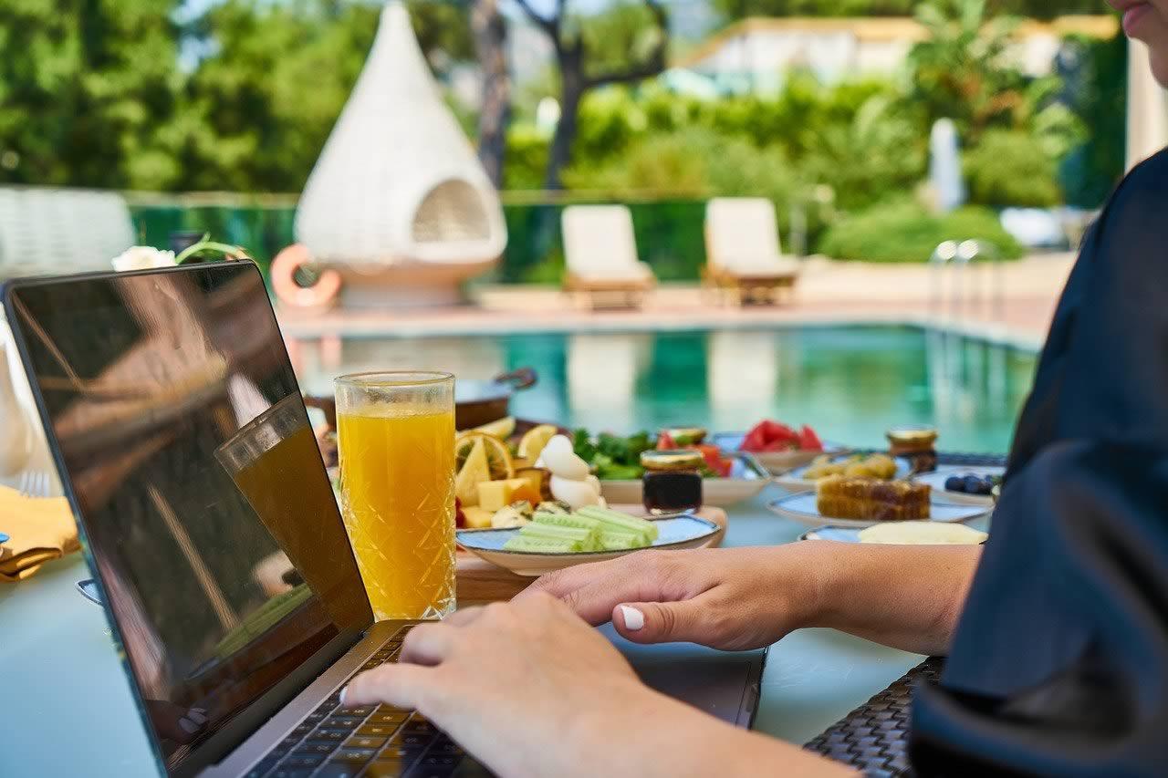 métier qui paye bien et permet de travailler au bord de la piscine :)